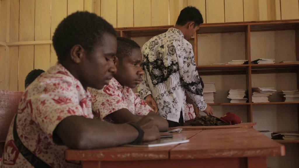 Siswa kelas 6 SD Negeri Soanggama sedang belajar dibimbing oleh gurunya (©Syarif Nur/Palawa Unpad)