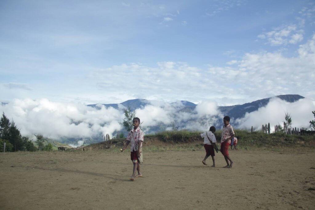 Waktu istirahat, dimanfaatkan siswa untuk bermain dan berinteraksi (©Syarif Nur/Palawa Unpad)